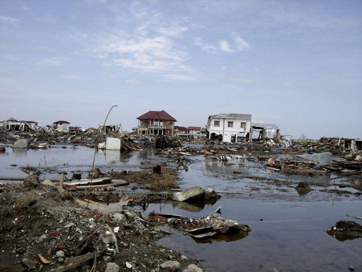 """""""Ascienden a 1.944 los muertos por terremoto y tsunami en Indonesia"""""""