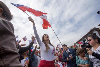 Alcaldesa Karen Rojo se viste como bandera chilena para celebrar en Antofagasta