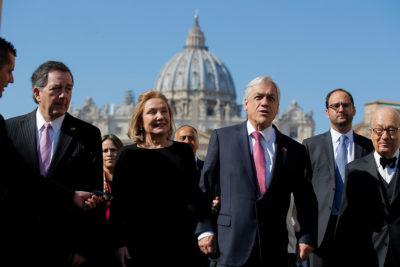 """Presidente Piñera y papa Francisco abordaron la """"situación difícil"""" de iglesia chilena"""