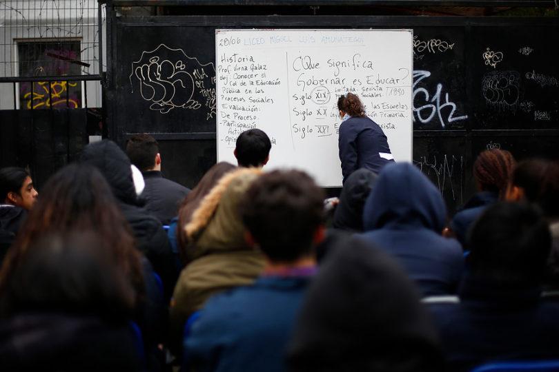 Abiertas postulaciones para que profesores chilenos hagan clases a EE.UU.: sueldos de hasta 32 millones al año