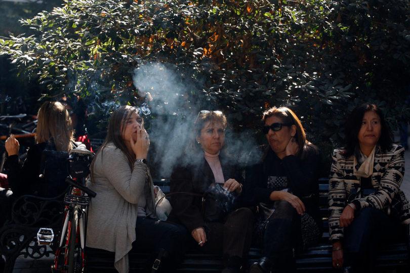 Concejo de Las Condes aprobó ordenanza que prohíbe fumar en plazas y parques