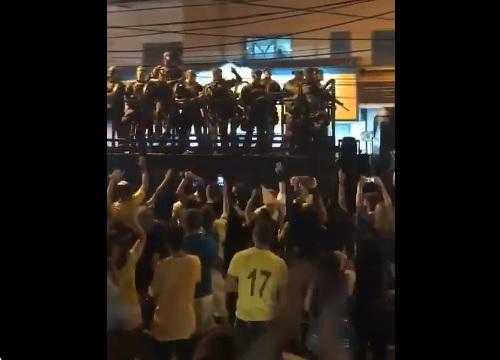 Militares son aplaudidos en las calles tras triunfo de Bolsonaro en Brasil