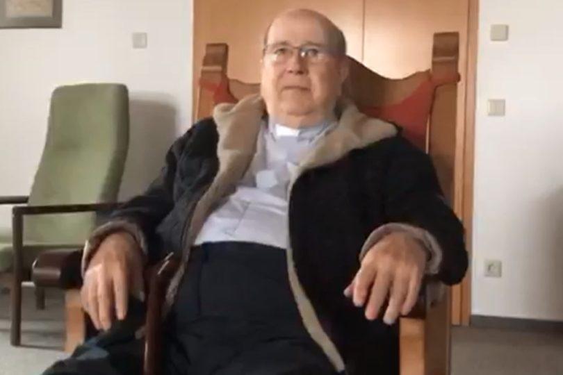 Ex obispo Cox está en Chile con financiamiento de la congregación Schoenstatt