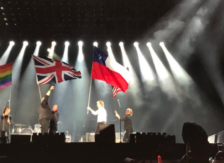 """""""Paul McCartney ocupa bandera chilena por error en concierto en Estados Unidos"""""""