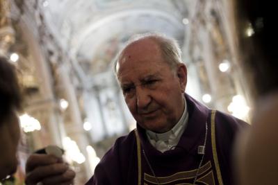 Cardenal Errázuriz reaparece en misa de colegio de Las Condes pese a oposición de los apoderados