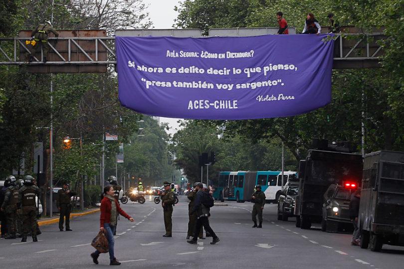 """""""Aula Segura: ¿como en Dictadura?"""": Carabineros detiene a estudiantes tras protesta contra el Mineduc"""