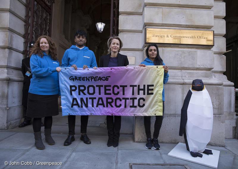 """Actriz Gillian Anderson de """"Los Archivos Secretos X"""" se suma a campaña de Greenpeace para proteger la Antártica"""
