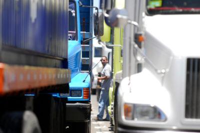 Camioneros amenazan con paro ante aumento de combustibles