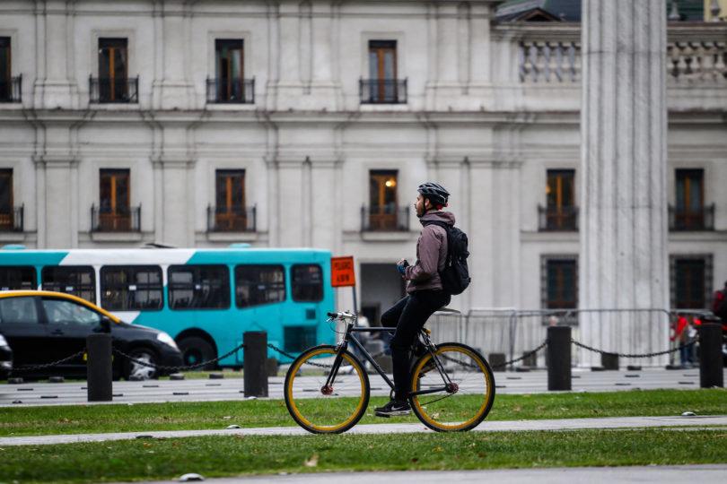 VIDEO  Carabineros tuvo que salir a dar explicaciones por esposar a ciclista
