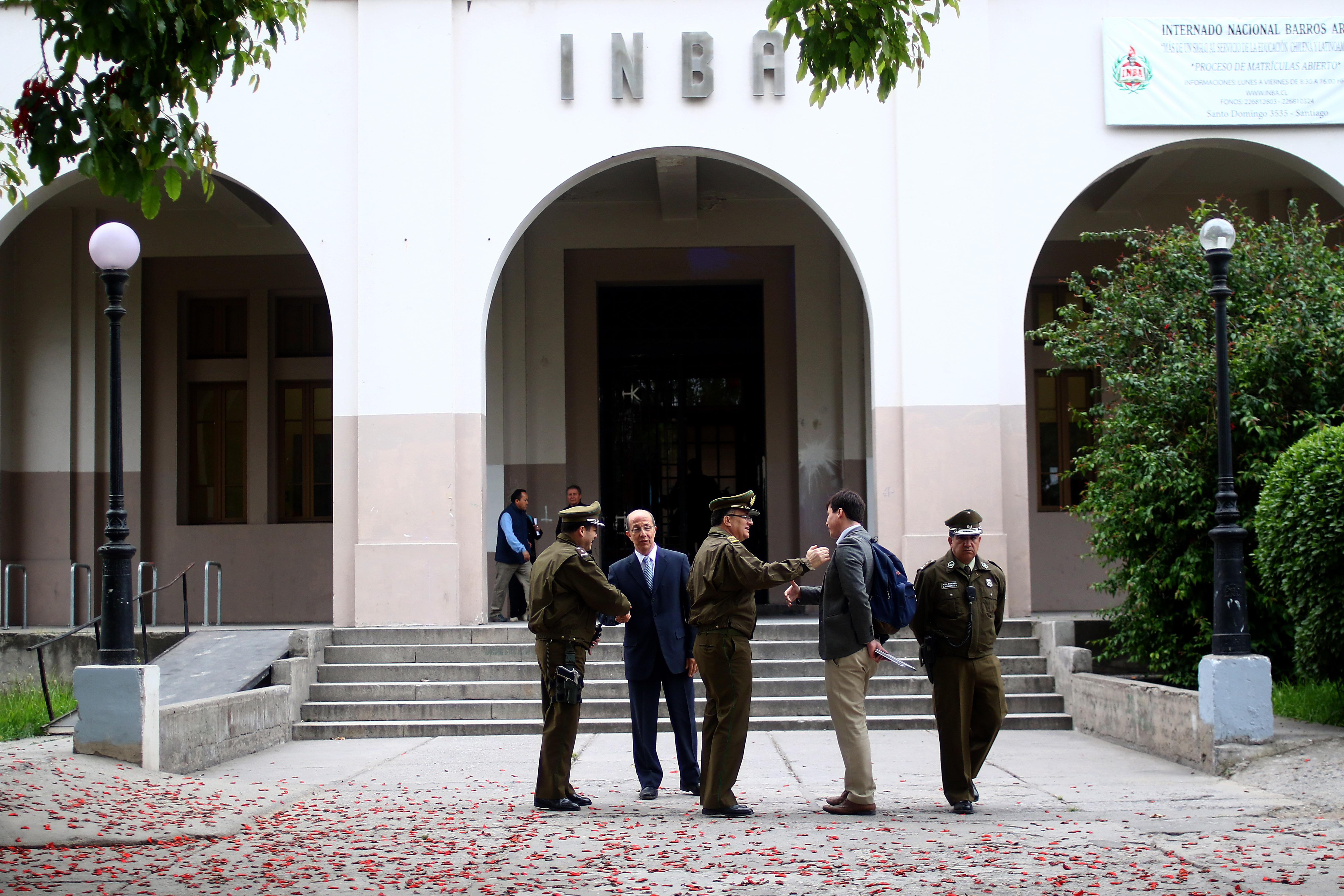 """Apoderados del INBA acusan a rector de actuar como """"la CNI"""" contra alumnos"""