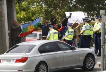 VIDEO |Reciben a Piñera con bandera mapuche en actividad durante gira presidencial en Nueva Zelanda