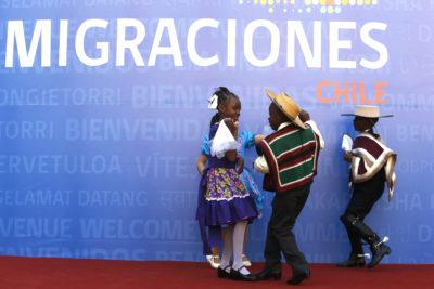 Inmigrantes tienen más años de escolaridad que las personas nacidas en Chile