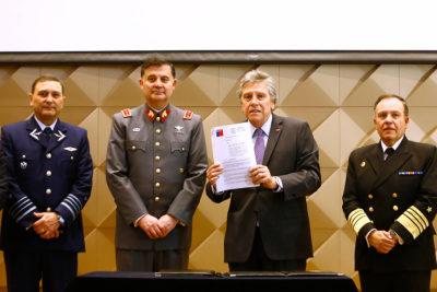 Ministro Espina ratifica en su cargo a comandante en jefe del Ejército
