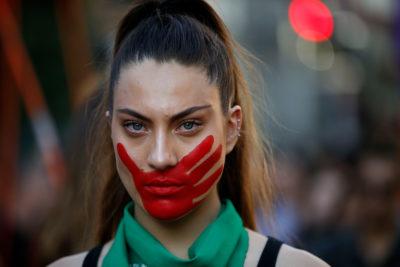 Manifestantes marchan por la Alameda contra la violencia machista