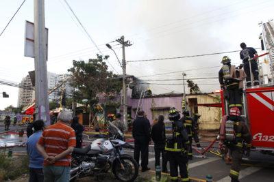 Incendio arrasó con tres locales comerciales y 5 viviendas en Estación Central