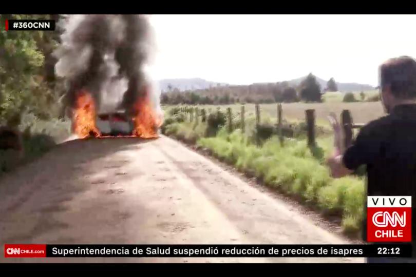 VIDEO | Cámaras de CNN logran captar cómo queman móvil de prensa robado a TVN en Ercilla