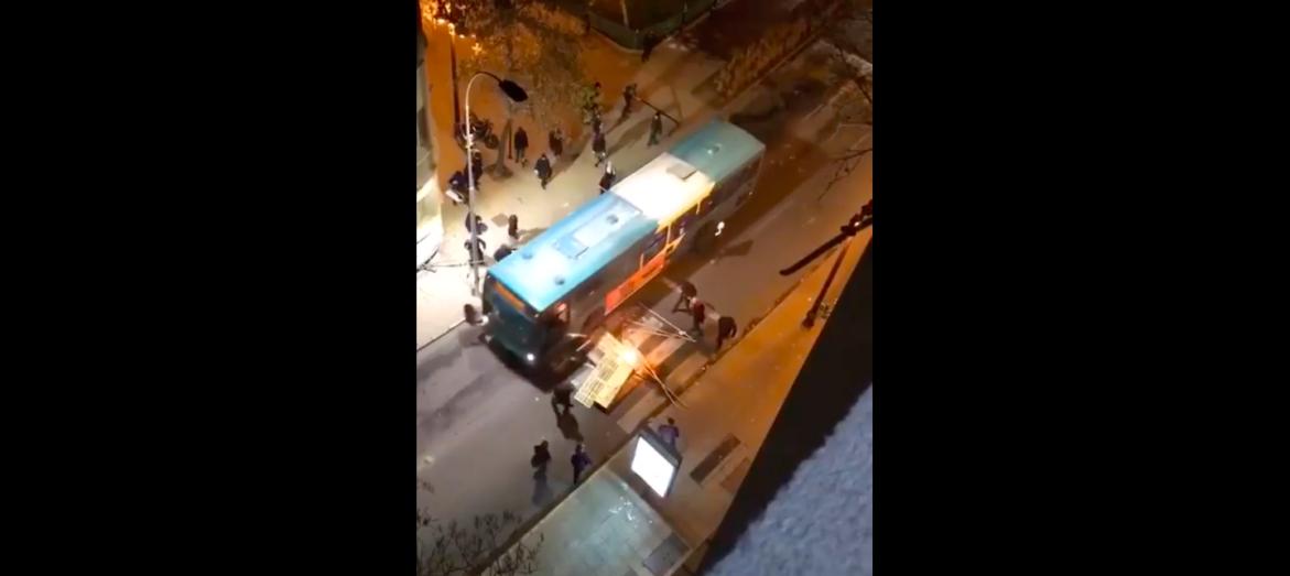 Transantiago atropella a encapuchado durante manifestación