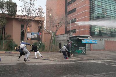 Detienen a 4 alumnos del Liceo Darío Salas por arrojar molotovs a carabineros