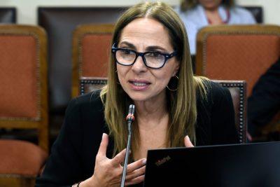 """Ministra Plá explica con manzanitas por qué hacen campaña sobre violencia contra la mujer """"y no contra hombres"""""""