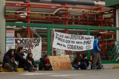 Estudiantes protestan en oficinas de Oxiquim por contaminación en Quintero