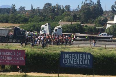 VIDEO | Estudiantes de la U. del Pacífico cortan el tránsito en la Autopista del Sol