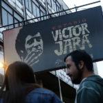 Desconocidos rayan tumba de Víctor Jara con ofensivo mensaje