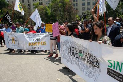 Trabajadores públicos protestan frente a La Moneda por nuevos despidos