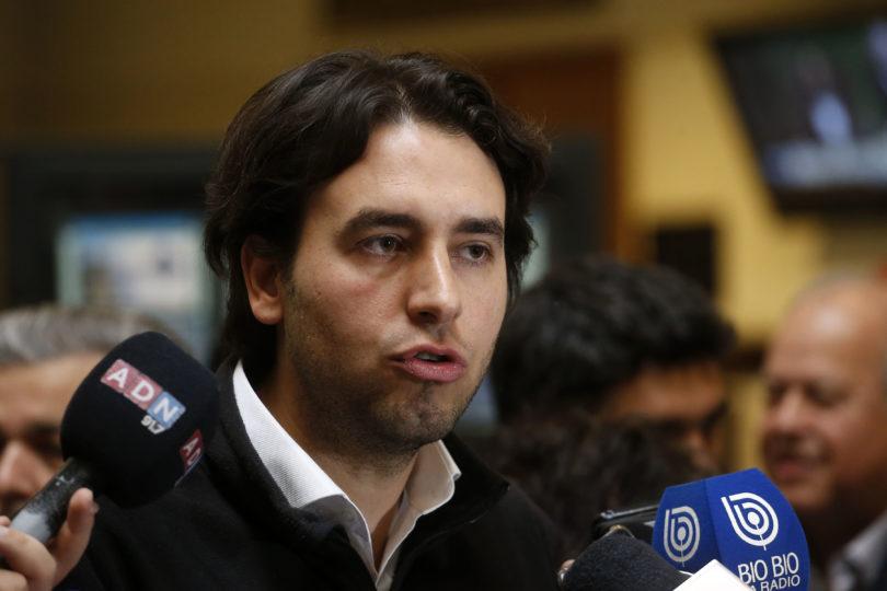 """""""Liberales, ¡por favor!"""". Mirosevic barre con Evópoli por defender rechazo al Pacto Migratorio y los manda a leer"""