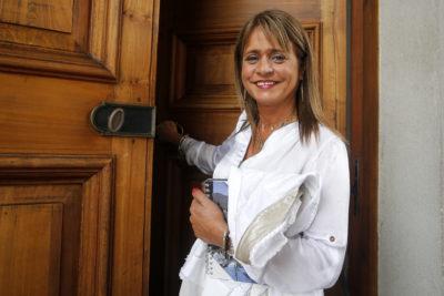 Aline Kuppenheim se dio un festín con portada de diario por rayón al auto de Jacqueline Van Rysselberghe