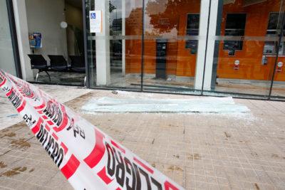 Indagan atentado contra sucursal de BancoEstado y Copesa en Las Condes
