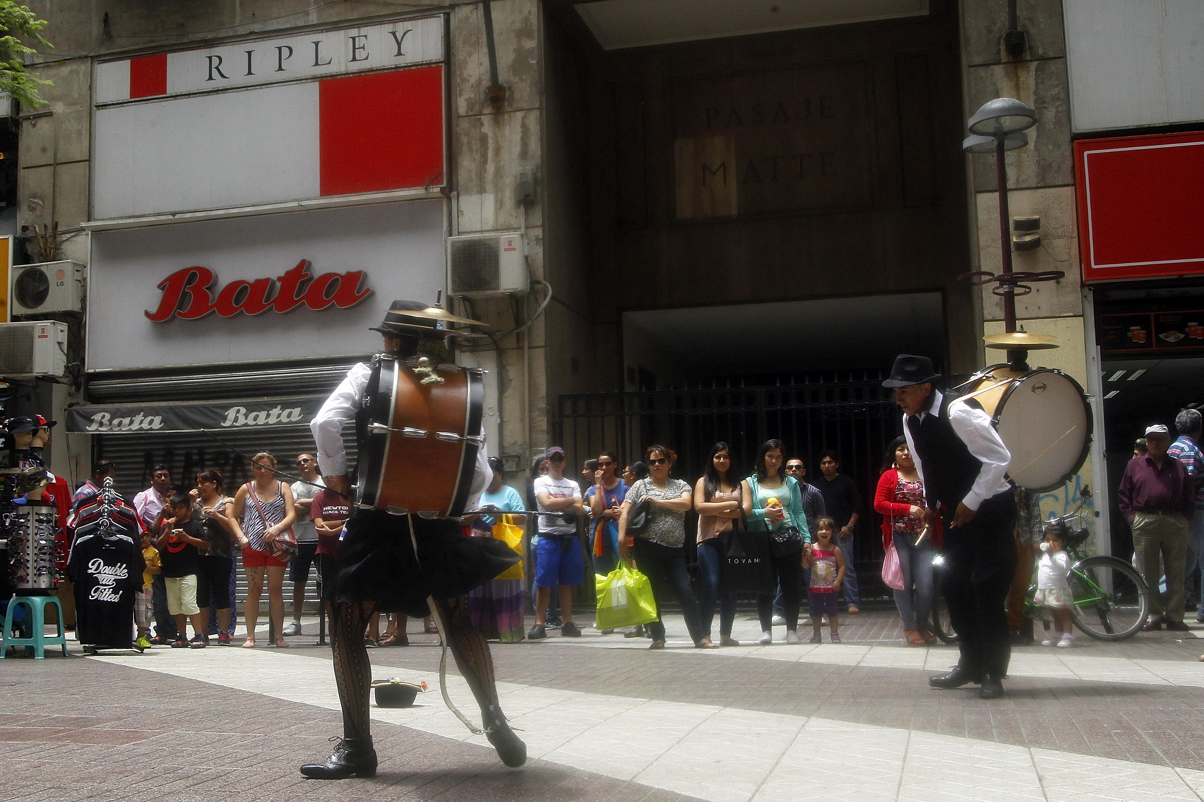 Municipalidad de Santiago busca restringir a músicos y artistas callejeros en terrazas de locales de la comuna