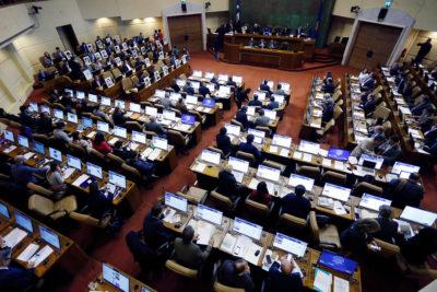 Parlamentarios presentan proyecto para bajar número de diputados y senadores