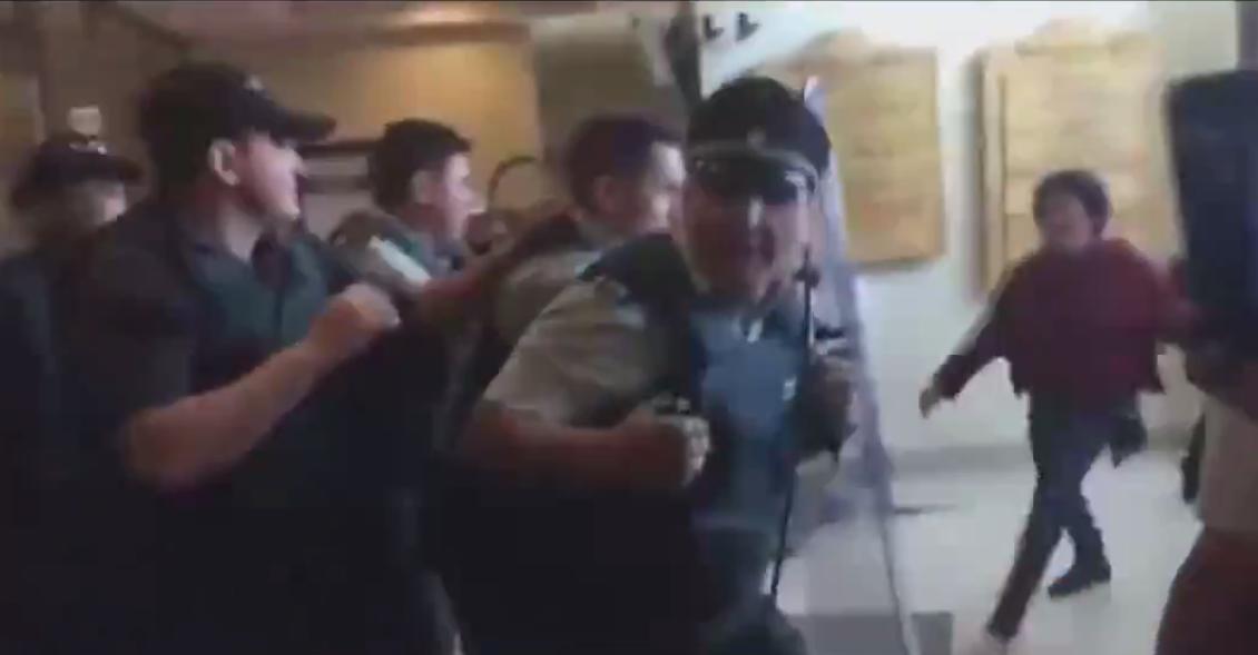 """""""VIDEO   Incidentes tras condena a Jones Huala: Gendarmería se querellará por agresiones"""""""