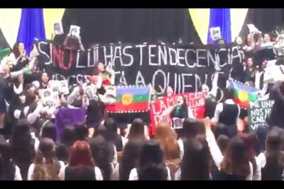 VIDEO  Alumnas del Liceo 1 se manifiestan a favor del aborto y el pueblo mapuche en plena licenciatura