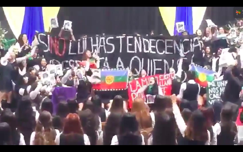 VIDEO |Alumnas del Liceo 1 se manifiestan a favor del aborto y el pueblo mapuche en plena licenciatura