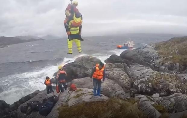 VIDEO | El espectacular rescate de 13 tripulantes desde el Estrecho de Magallanes en helicóptero