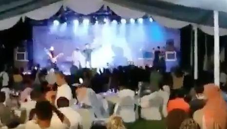 VIDEO | Terrorífico: El momento exacto en que el Tsunami en Indonesia hace desaparecer una banda de música