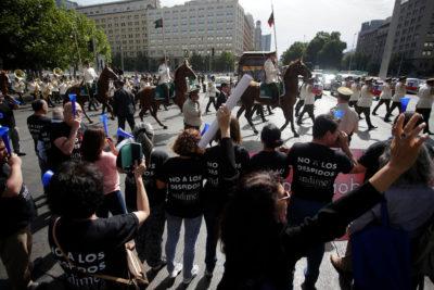 """Trabajadores del Mineduc protestan contra Cubillos por """"despidos políticos"""""""