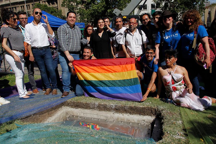 INDH, intendencia y municipalidad repudian ataque a monumento LGBTI