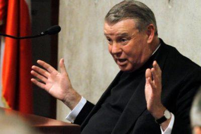 Cura O'Reilly seguirá sin ejercer el sacerdocio público mientras espera sentencia del Vaticano