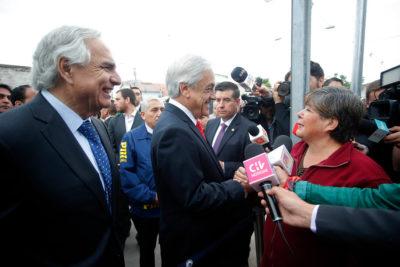 """Piñera encabezó demolición de últimos muros """"de la segregación"""" en La Legua"""