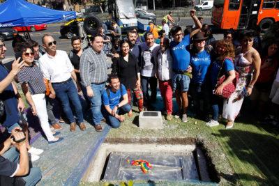 VIDEO | Alcalde de Independencia se hace presente en instalación de monumento a diversidad sexual