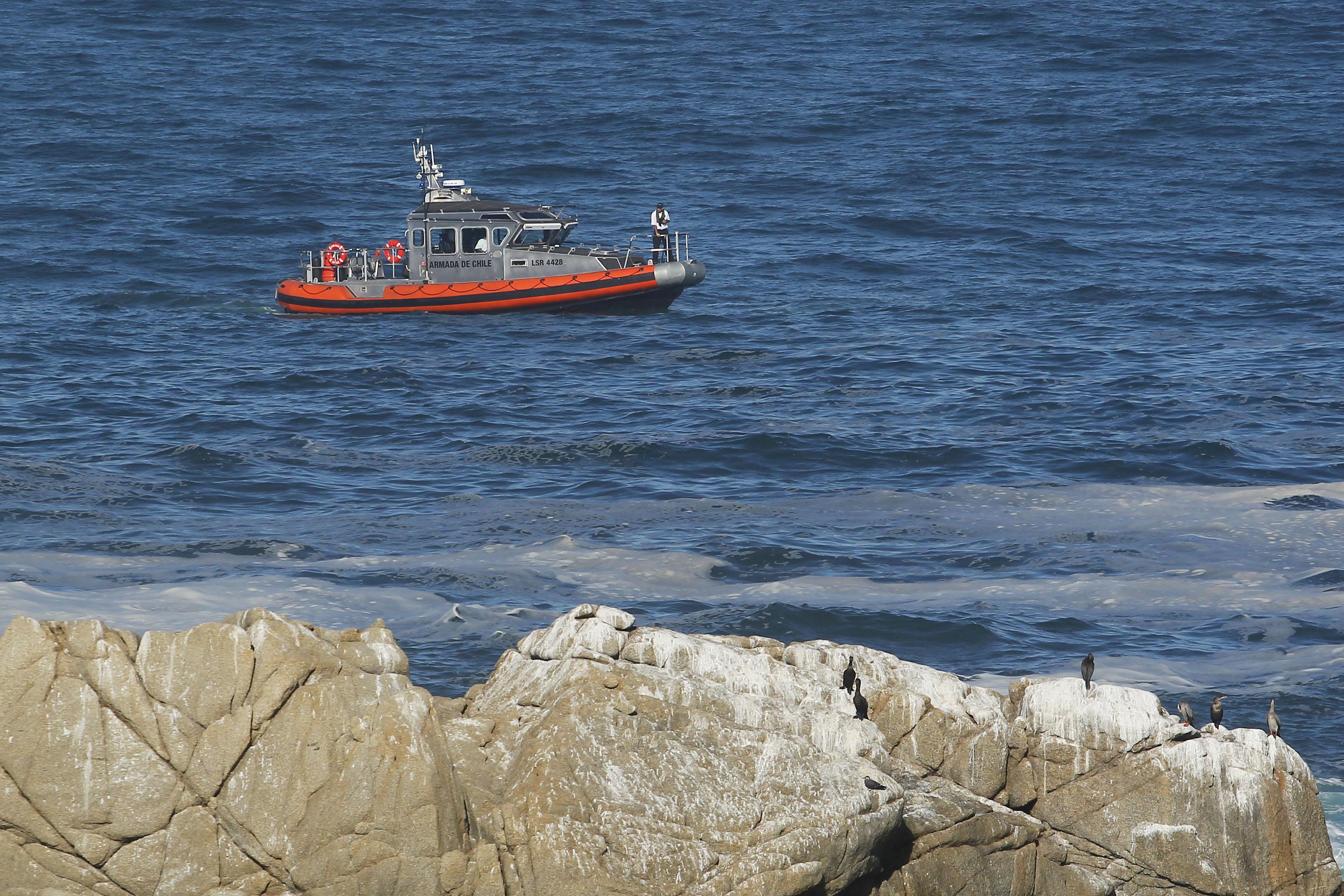 Armada sorprende a primer barco peruano del año pescando en mar chileno