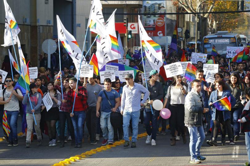 Movilh pide que Gobierno se pronuncie por amenazas a diputado gay brasileño