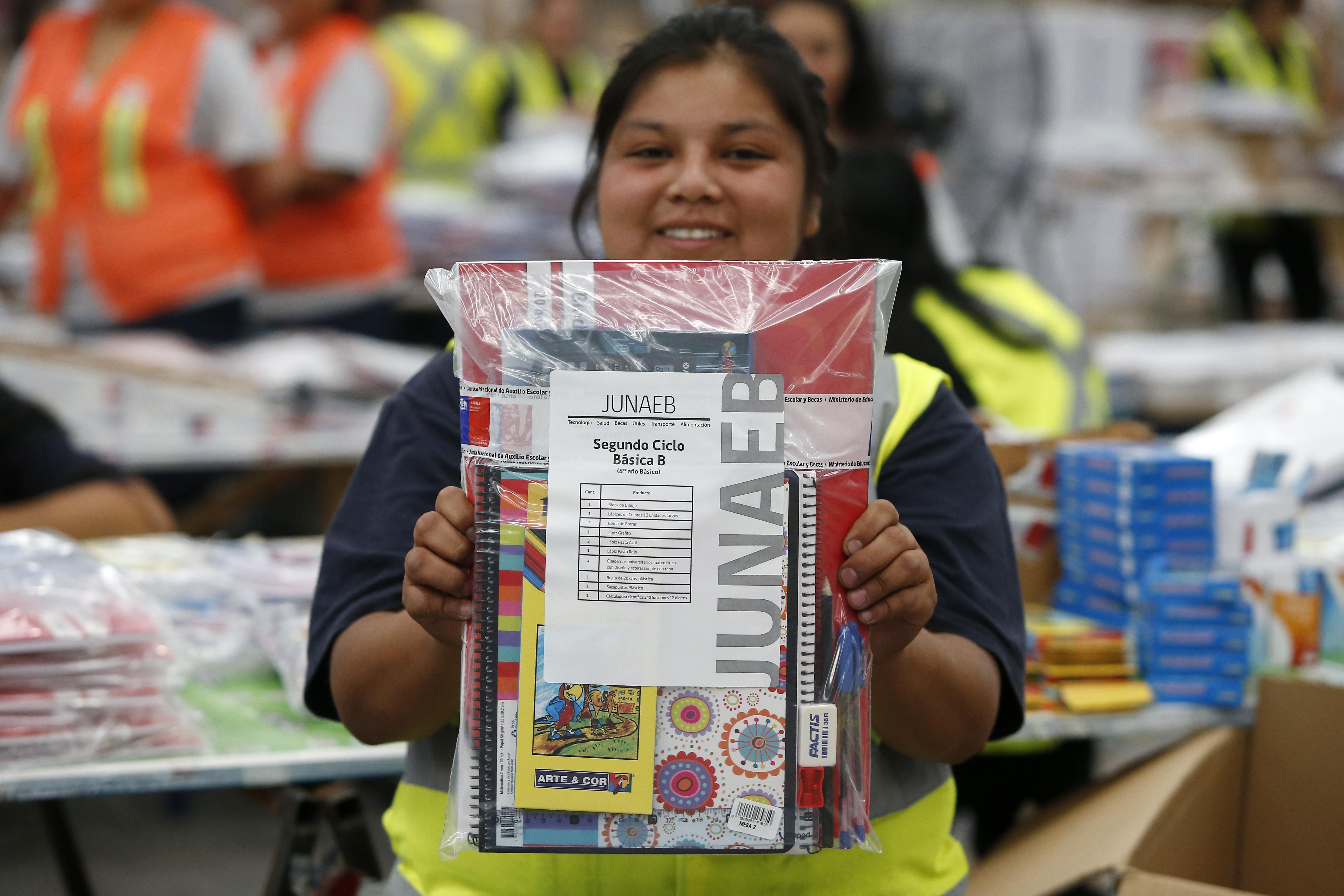 Ministerio de Educación entregará sets de útiles a más de 2 millones de estudiantes