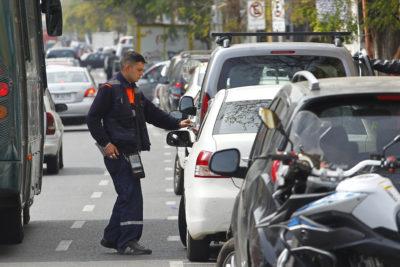 Hasta 3 mil pesos la hora puede costar estacionarse en Santiago