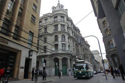 Joven fue sorprendido orinando en la vía pública y es el primer multado tras modificación de ordenanza en Valparaíso