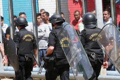 Dos gendarmes están graves luego que reos les lanzaran cloro al rostro en Talca