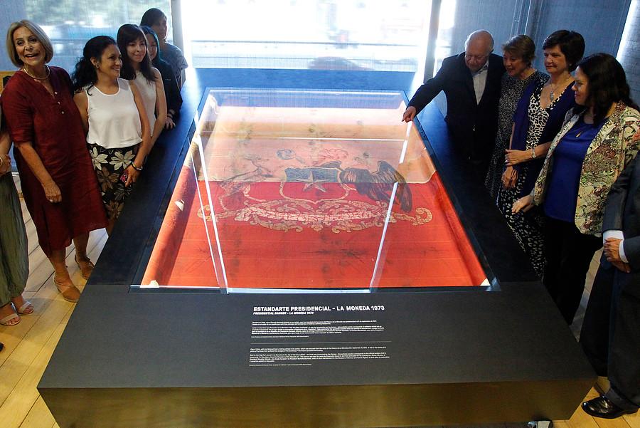 Museo de la Memoria instala bandera rescatada de La Moneda tras golpe de Estado