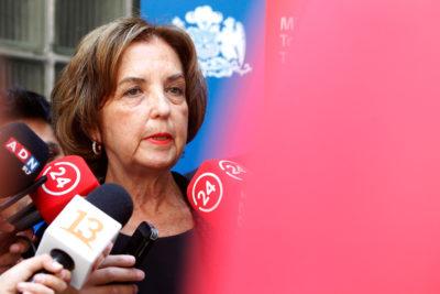 """Ministra Gloria Hutt aseguró """"desconocer"""" alza de tarifas del Transantiago y Metro"""